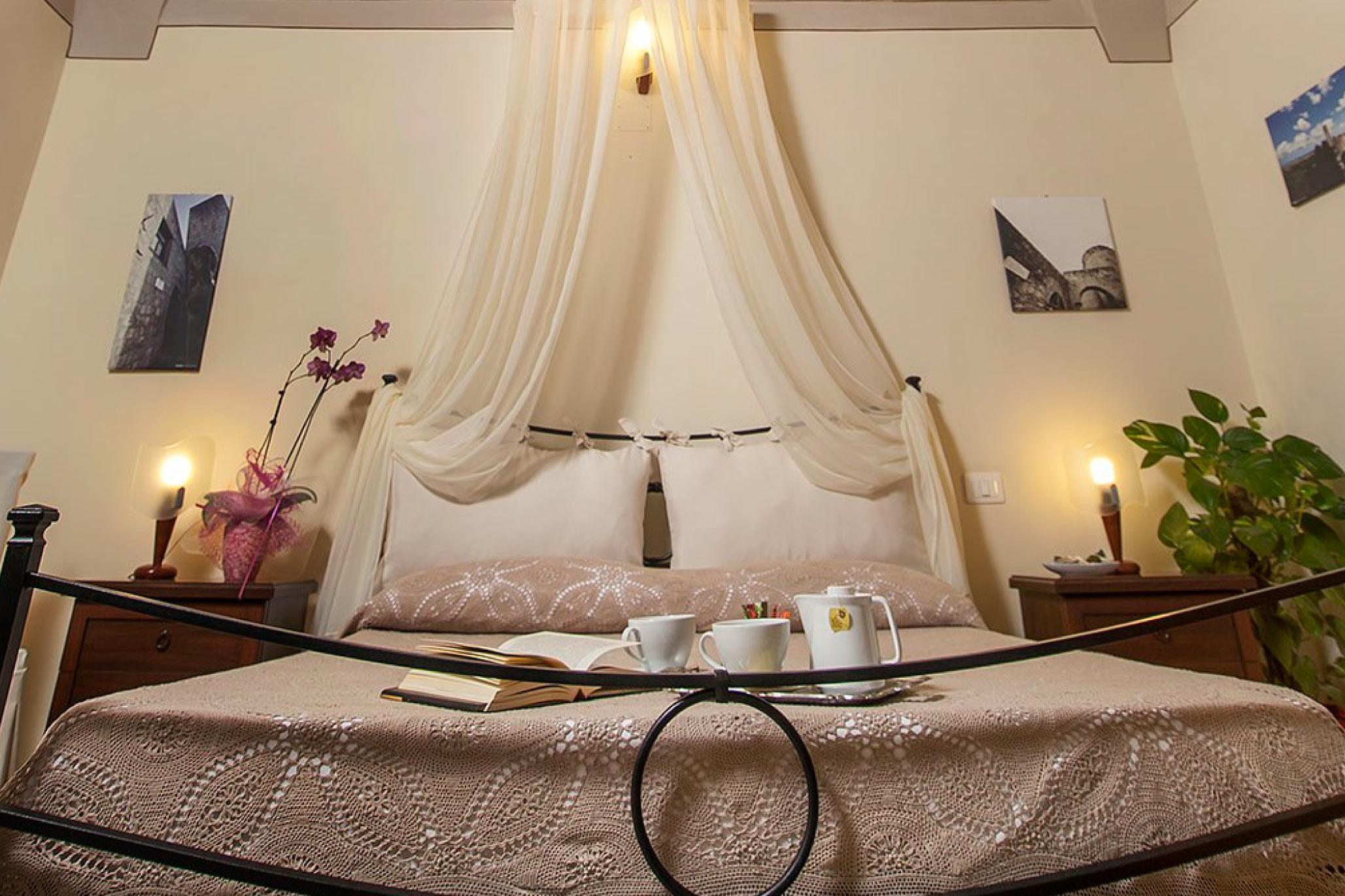 Camera matrimoniale luxury camere del re hotel e b b - Camere con letto in ferro battuto ...